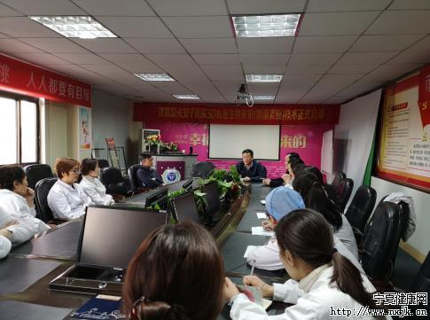 崔正军教授手术后与医生进行技术交流