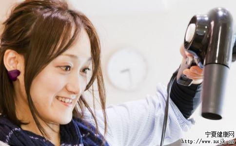 吹风机吹头发的最佳时机 吹风机的妙用 吹风机怎么吹头发