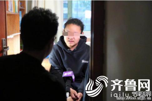女孩萱萱接受记者采访