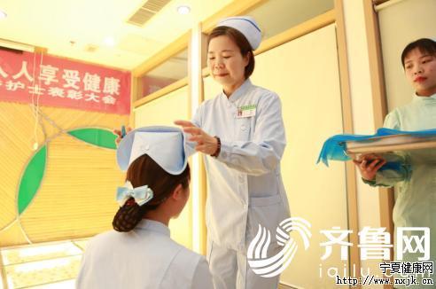 护士长翟爱香为年轻护士授帽
