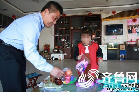 孙强陪女儿玩玩具