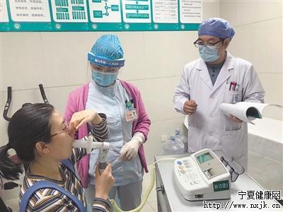 <p>  黄晓波(右)为患者做肺功能测试。</p>